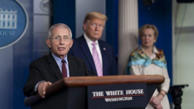 Anthony Fauci em briefing na Casa Branca, ao lado do presidente Donald Trump e da coordenadora da força-tarefa em resposta ao coronavírus, Deborah Birx