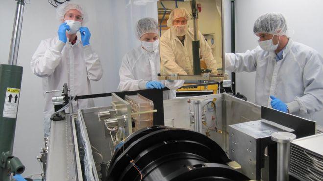 Cientistas operam espectrógrafo