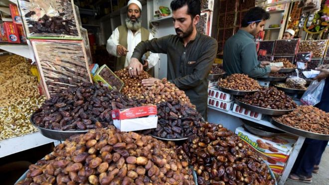 بائعون باكستانيون يبيعون التمور في متاجرهم في مدينة بيشاور الباكستانية