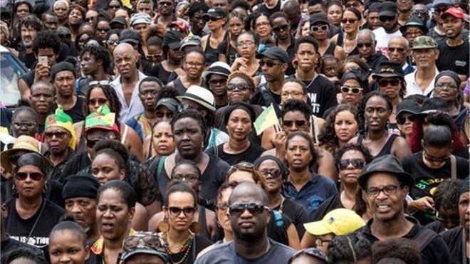 Multidão nas ruas de Caiena