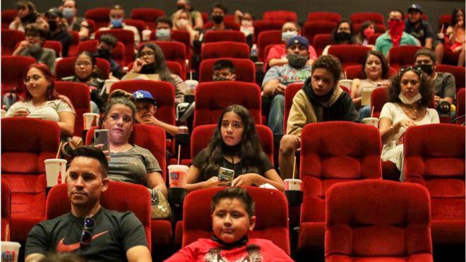 متفرجون في دار سينما