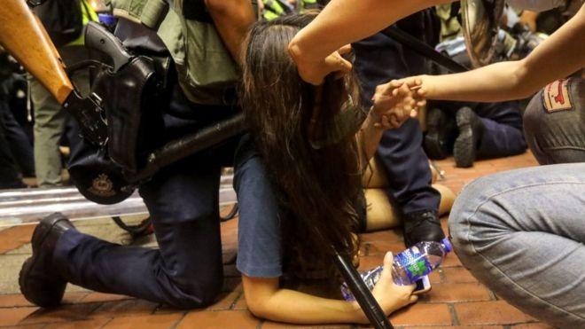 接近凌晨时,警方在旺角清场时与示威者发生了短暂的冲突。