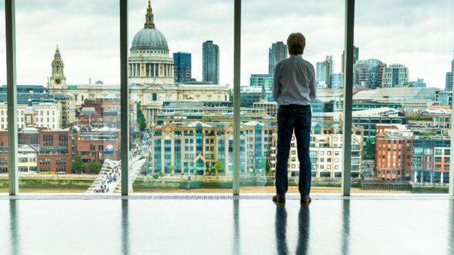 Un hombre ve la ciudad de Londres