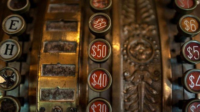 До 1776-го США были известны как Соединенные Колонии Америки, и есть подтверждения, что знак доллара тогда уже применялся