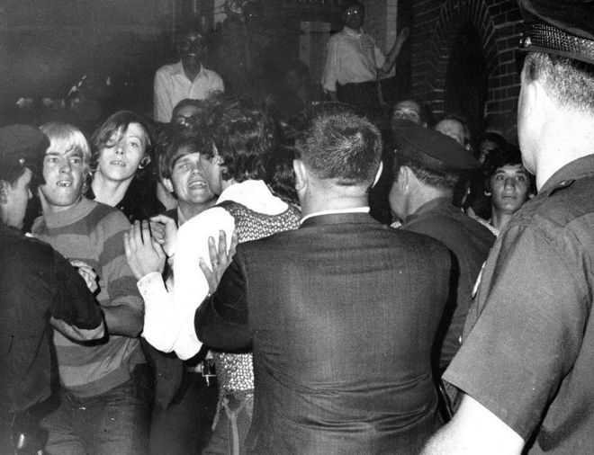 چه چیزی باعث شد که آنها در شب ۲۷ ژوئن ۱۹۶۹ جلوی پلیس بایستند؟