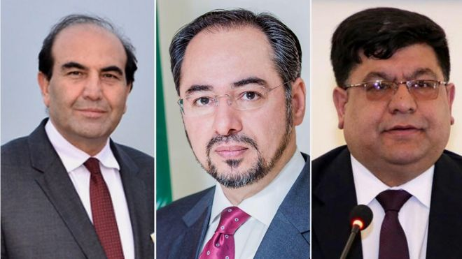 از راست به چپ: شاه حسین مرتضوی مشاور رئیس جمهور، صلاح الدین ربانی، وزیر امور خارجه و حمیدالله فاروقی رئیس دانشگاه کابل به دلیل تخلف انتخاباتی جریمه شدهاند