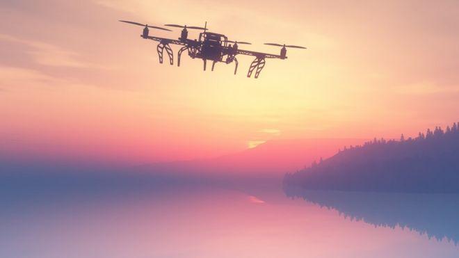 Dron volando al anochecer