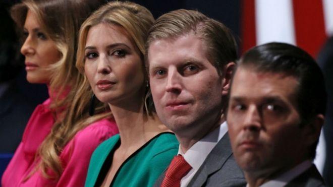 Члены семьи Дональда Трампа, (от L-R) жена Мелания Трамп, дочь Иванка Трамп и сыновья Эрик Трамп и Дональд Трамп младший