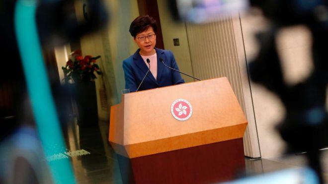 """林郑月娥仍然没有应示威者要求,正式宣布撤回《逃犯修例》修订,但形容修订已经""""寿终正寝""""。"""