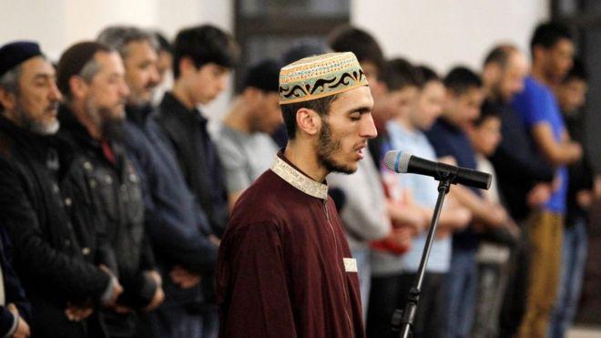 مسلمون يؤدون أول صلاة التراويح في بداية شهر رمضان المبارك في مسجد الرحمة في مدينة كييف، أوكرانيا