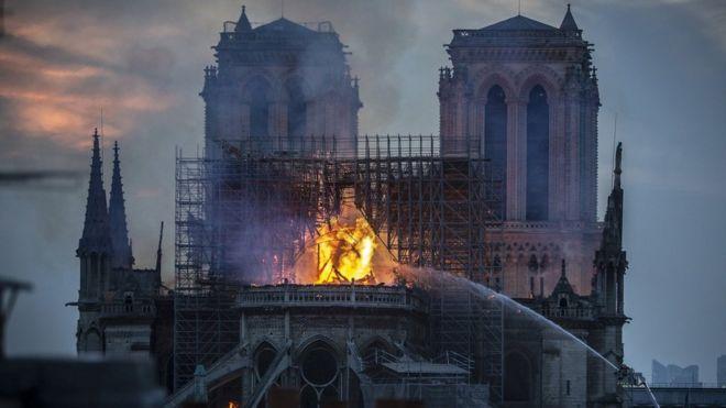 Inkongi y'umuriro ubwo yadukaga kuri kiliziya nkuru ya Notre-Dame y'i Paris mu Bufaransa ku munsi w'ejo ku wa mbere