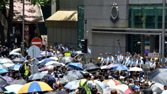 香港デモ、参加者が警察本部を包囲 - BBCニュース