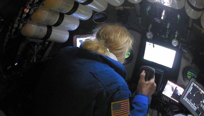 Victor Vescovo aparece manejando controle de dentro do submarino