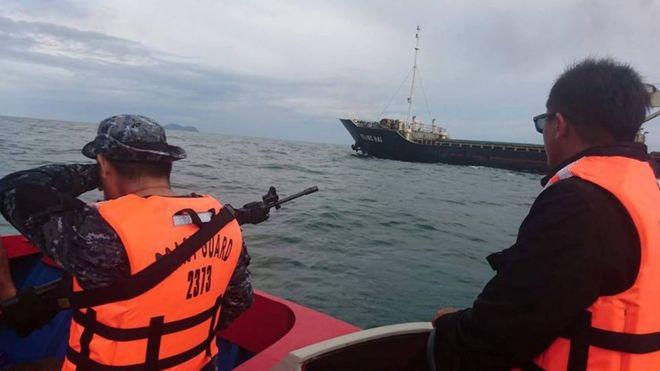 Personal armado de la guardia costera de Filipinas escolta el buque MV Giang Hai, de Vietnam, que fue atacado por piratas.