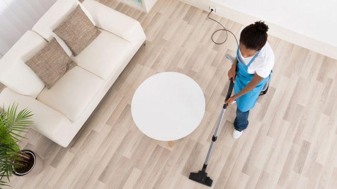 Mulher limpando sala
