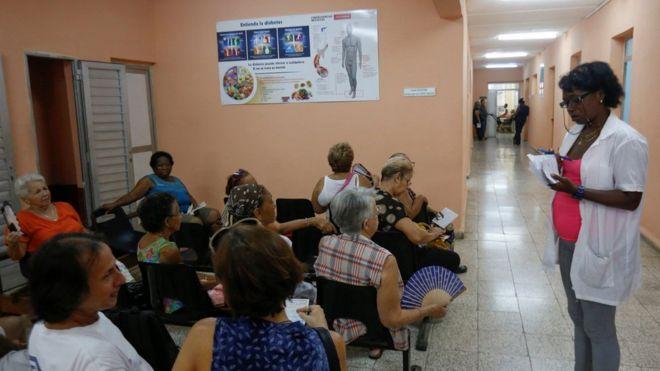 Pacientes aguardam em centro de saúde em Havana - a maioria são mulheres idosas, sentadas em bancos. Saída do Mais Médicos foi anunciada após críticas do presidente eleito Jair Bolsonaro (PSL).