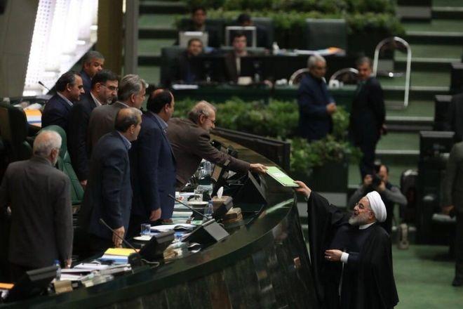 روحانی هنگام تحویل بودجه سال ۹۹ به مجلس: بودجه سال آینده استقامت و مقابله با تحریم است
