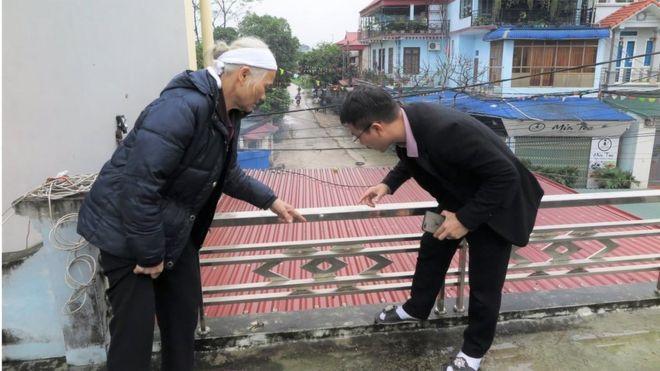 Luật sư Ngô Anh Tuấn và bà Dư Thị Thành (vợ ông Lê Đình Kình) xem xét hiện trường.