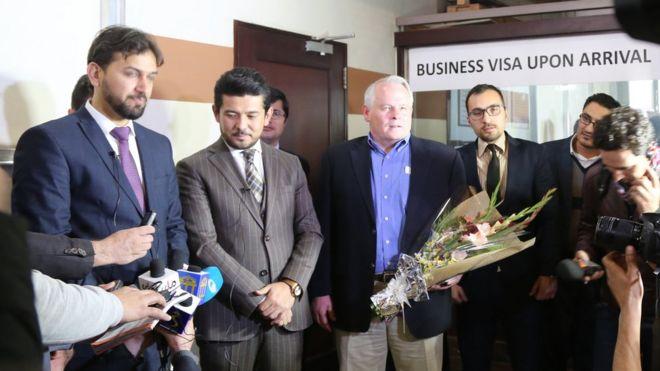 بازرگان آمریکایی نخستین ویزای هنگام ورود به افغانستان را گرفت