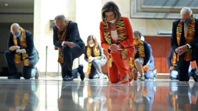 Pelosi y otros líderes demócratas guardando 9 minutos de silencio por la muerte de George Floyd.