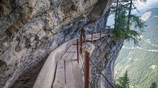 Andarilho na trilha Bisse du Rho, na Suíça