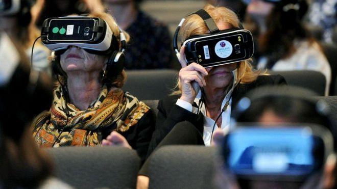 Шлемы виртуальной реальности на головах тех, кто пришел на вечер встречи с Линетт Уоллворт (2016 г.)