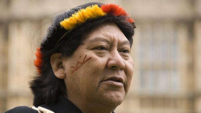 Davi Kopenawa fora do Parlamento de Londres em 2009