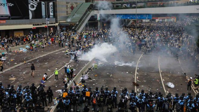 香港デモ72人負傷 行政長官は「組織的な暴動」と非難 - BBCニュース