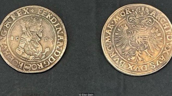 Trong khi đồng thaler đầu tiên có hình ảnh của Joachim và sư tử Bohemia, thì các phiên bản tiếp theo có hình ảnh các vua chúa cầm quyền.