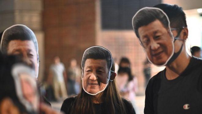 Người biểu tình Hong Kong đeo mặt nạ hình Chủ tịch Trung Quốc Đặng Tiểu Bình, bất chấp lệnh cấm đeo mặt nạ nơi công cộng