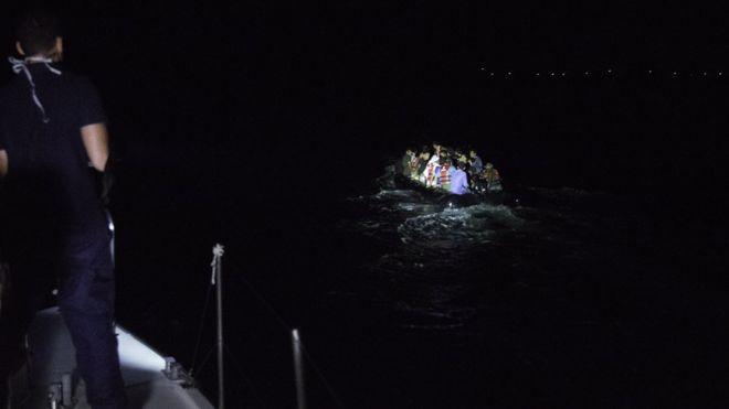 رسیدن گروهی از مهاجران به سواحل یونان - گروههای خیریه تلاش میکنند با اعزام قایق و کشتی، این مهاجران را که به طوفان میخورند از آب نجات دهند.