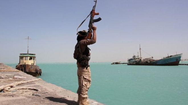 نیروهای دولتی یمن در ساحل دریایی سرخ نزدیک بابالمندب - حوثیها در موارد متعدد تهدید کردهاند که تنگه را خواهند بست