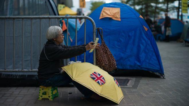 連日來有示威者在立法會外扎營抗議。