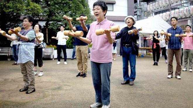Ожидаемая продолжительность жизни в Японии - около 84 лет. Это выше, чем где-либо еще
