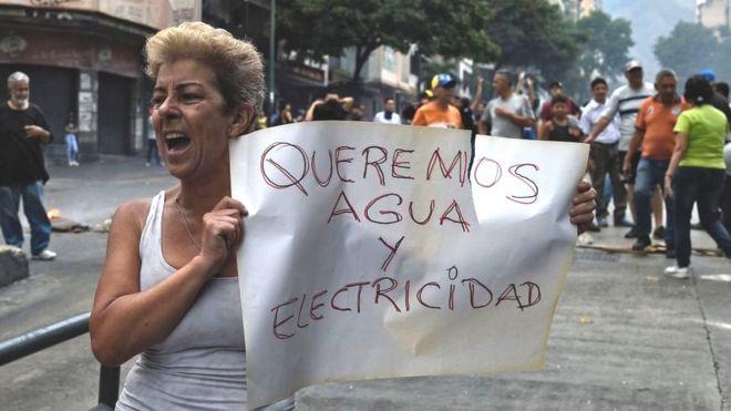 Mulher protesta contra crise de água na Venezuela