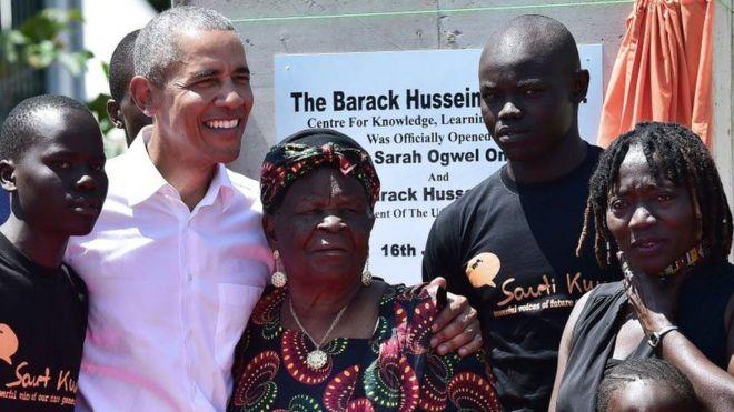 باراك أوباما مع سارة أوباما وأفراد من العائلة في كينيا