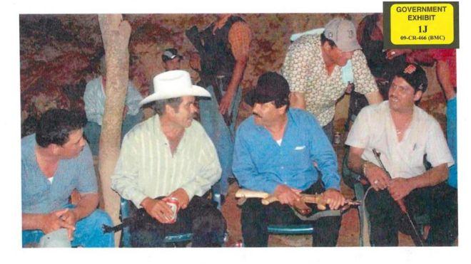 """""""El Chapo"""" con un fusil dorado. Foto de la Fiscalía de Estados Unidos."""