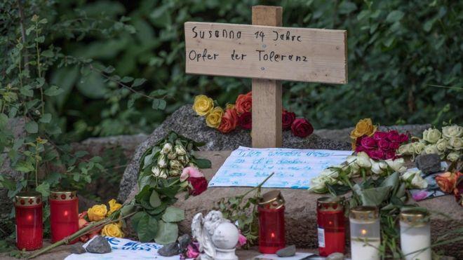 یکی از یادگاریهایی که بازدیدکنندگان برای همدردی بر یادبودی در محل پیداشدن جسد متقول ۱۴ساله گذاشتهاند: 'قربانی مدارا'
