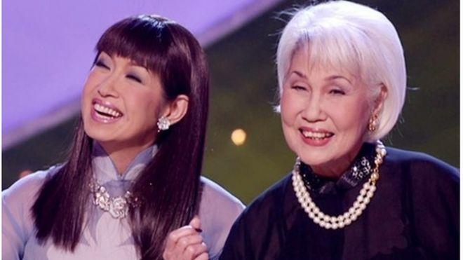 Nữ danh ca Thái Thanh (trái) và con gái - ca sĩ Ý Lan