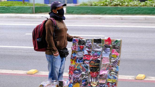 Vendedor ambulante de máscaras em uma rua de São Paulo, Brasil, durante a pandemia de covid