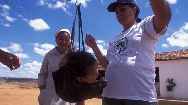 Bebê é pesada por voluntárias da Pastoral da Criança