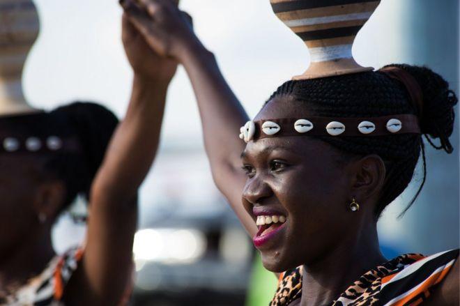 راقصون من أوغندا