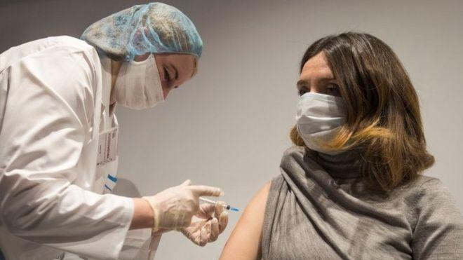 Una mujer es vacunada contra el coronavirus en Rusia.