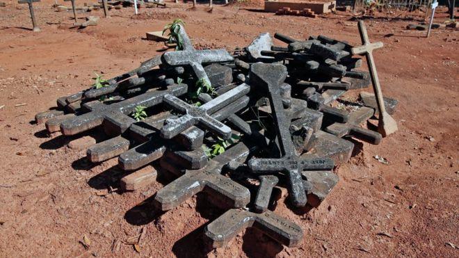 Cruzes no cemitério