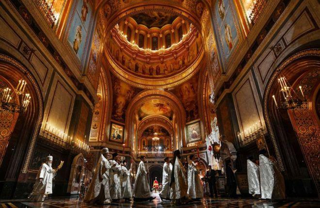 يحتفل بطريرك روسيا كيريل الأول بالقداس، في كاتدرائية المسيح المخلص في موسكو