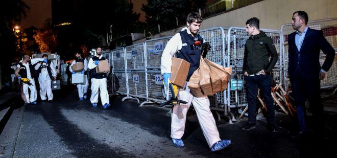 Група криміналістів турецької поліції залишає будівлю консульства Саудівської Аравії в Стамбулі