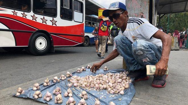 Hombre vendiendo ajo