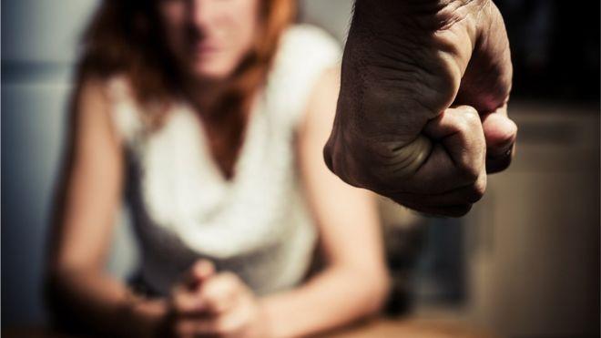 Homem ameaça agredir mulher