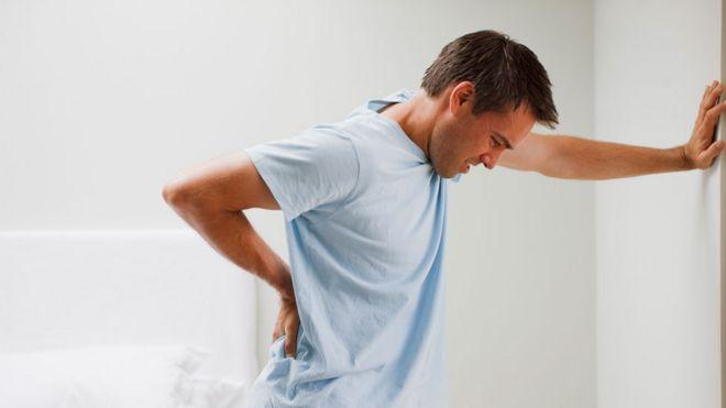 Un hombre con dolor de espalda