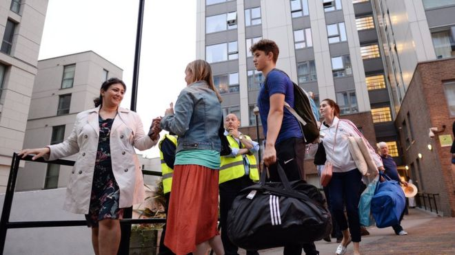 Evacúan más de 800 viviendas en Londres por riesgo de que se repita un incendio como el de la Torre Grenfell